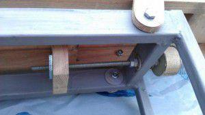 механизм изменения расстояния между валом ножей и кромкой стола